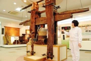 大正時代まで使われていた搾油機。左右からくさびを押し込み、中央の容器に入れたゴマに圧力をかけてつぶす仕組み