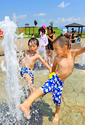 元気に水遊びする子どもたち=山形市・べにっこひろば