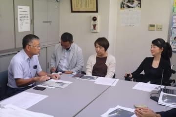 要望書を提出しに訪れた織田代表(右)=長崎市興善町、県バス協会
