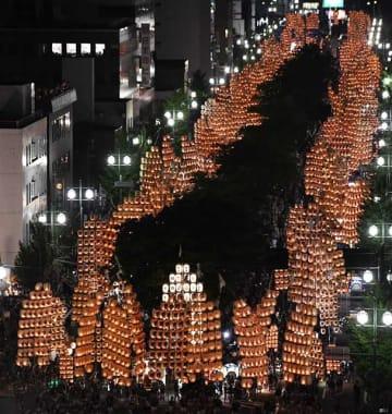 「光の稲穂」が観客を魅了した秋田竿燈まつり=6日午後7時34分、秋田市の竿燈大通り
