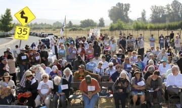 ローレンス・リバモア国立研究所前の抗議デモに集まった人々=6日、米カリフォルニア州リバモア(共同)