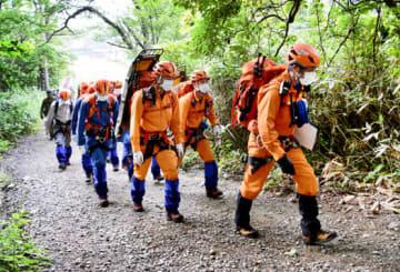 奥岳登山口から捜索訓練に向かう参加者