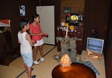 ホラー演出に驚きながら、お化け屋敷を楽しむ子どもたち=6日、境港市のSANKO夢みなとタワー