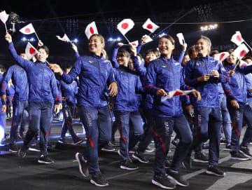 イタリアのナポリで開催されたユニバーシアード夏季大会の開会式で入場行進する日本選手団(共同)