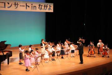 練習を重ね聴衆の前で曲を披露する子どもたち=長与町民文化ホール