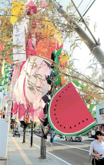 商店街の竹に飾り付けられたスイカあんどん=仙台市青葉区宮町