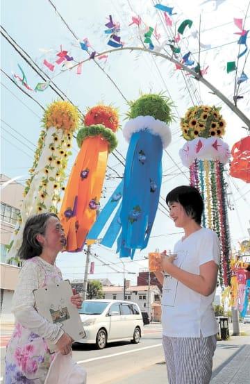 ヒマワリをモチーフにした七夕飾りなど、店ごとに趣向を凝らした飾りが並ぶ=仙台市若林区連坊