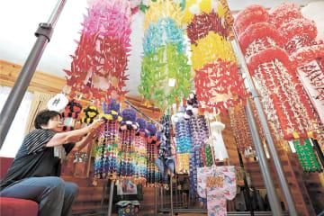 「七夕の部屋」には、平さんが丹精込めて作った色とりどりの七夕飾りが並ぶ=仙台市泉区根白石