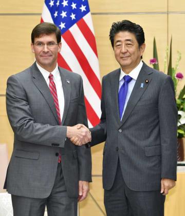 会談前にエスパー米国防長官(左)と握手する安倍首相=7日午前、首相官邸