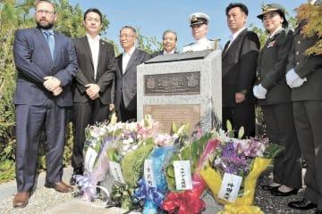 グレー大尉の慰霊碑に献花したカナダや女川町の関係者