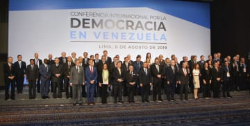 6日、ペルーの首都リマで開かれたベネズエラ情勢を巡る国際会議で記念撮影に応じる各国代表ら(共同)