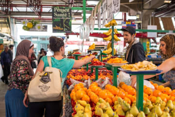 ジャン・タロンマーケットでの買い物風景