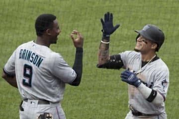 メジャー初本塁打を放ったマーリンズのイサン・ディアス(右)【写真:AP】