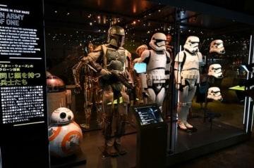 「スター・ウォーズ」シリーズの展覧会「STAR WARS Identities:The Exhibition」でお披露目されたBB-8などの展示物