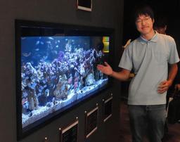 水族館の動物について説明する学生=神戸市東灘区向洋町中1