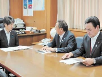 磯崎氏(左)に要望内容を説明する宮本富岡町長(中央)と松本楢葉町長