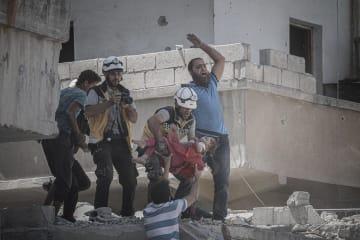 シリア北西部イドリブ県で、ロシア軍とアサド政権軍の空爆現場から搬送される子ども=7月27日(ゲッティ=共同)