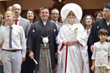 神前式を挙げた新郎のフアン・カルロス・パルマ・ハポンさん(中央左)と新婦のジョランダさん(同右)=7日、仙台市