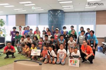 イベントに集まった小学生とサポートスタッフ