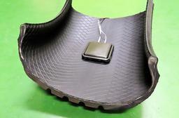 タイヤ内部に取り付けた発電機。タイヤの回転に伴う摩擦で発生する静電気を利用する(住友ゴム工業提供)