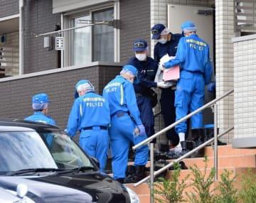 容疑者の自宅から押収品を運び出す捜査員=6月28日午後3時25分ごろ、川崎市宮前区