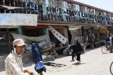 7日、アフガニスタンの首都カブールで自爆テロで被害を受けた建物(ゲッティ=共同)