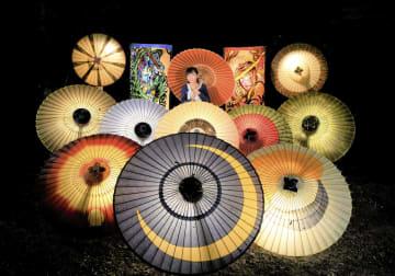 和傘のライトアップ「お盆の大献灯 和傘灯り」=7日夜、鳥取県大山町