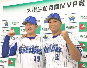 球団では20年ぶりとなるダブル受賞を喜ぶ(左から)山崎とロペス