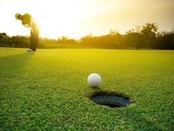 早期退職をしてゴルフを楽しみたいと考えている55歳の会社員の方。これからどうするべきかファイナンシャル・プランナーの深野康彦さんがアドバイスします。
