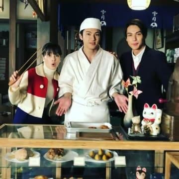 山田裕貴さん(中央)が公開した広瀬すずさん、中川大志さんとの「なつぞら」オフショット