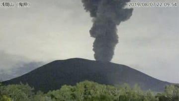 気象庁がホームページで公開している、噴煙を上げる浅間山の監視カメラ画像=7日午後10時9分