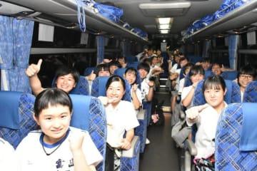 甲子園球場に向け出発した富島高の生徒ら=7日午後、日向市・富島高