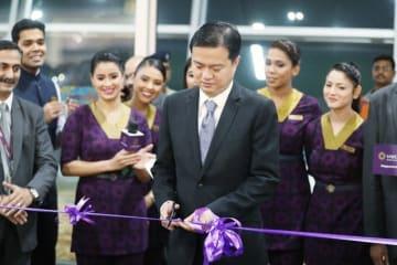 初の国際線、デリー—シンガポール便の就航を祝うビスタラ航空の社員=6日、首都ニューデリー(同社提供)