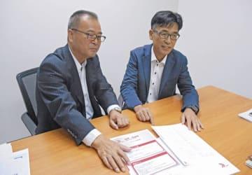 タイで提供を開始するクラウドサービスについて語るHBAの神川常務(左)とHBA(タイランド)の押切英司取締役所長=7日、バンコク(NNA撮影)