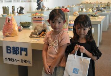 千人目の入場者となった小学1年生の荒田そらさん(右)と同級生の白石いまりさん=笠間市笠間