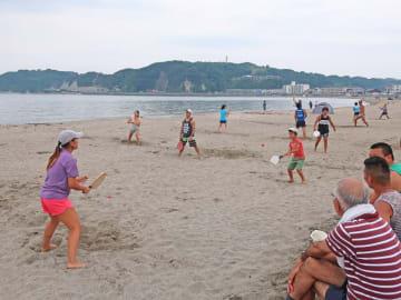6月2日に逗子海岸で行われた逗子フレスコボールクラブの練習には、幅広い世代が集まった