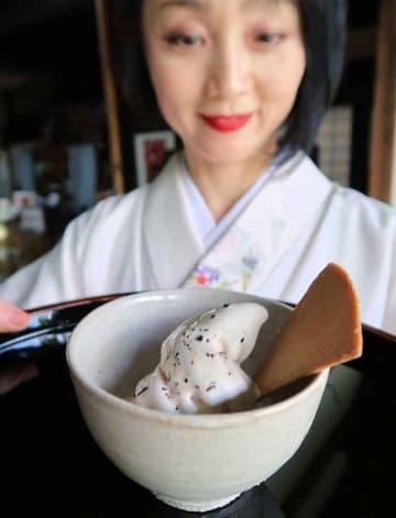 一休寺納豆を加えたソフトクリーム(京田辺市薪・一休寺)