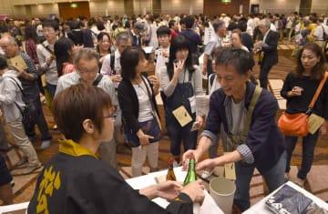 滋賀の地酒を飲み比べる参加者たち(2016年10月、大津市におの浜4丁目・びわ湖大津プリンスホテル)