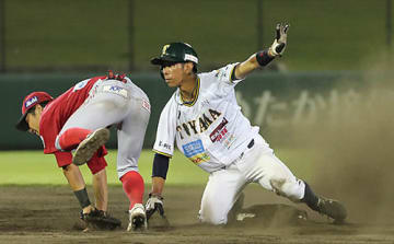 富山-信濃 7回裏富山2死一塁、二盗に成功した一走河本