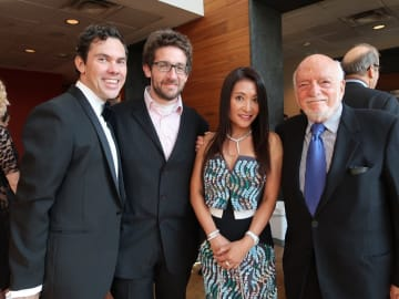 ハルの右腕である演出補のダニエル・カトナー、振付補のジェームズ・グレイとハル (2017年8月プリンス・オブ・ブロードウェイ/POBのオープニングパーティーで)