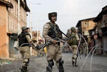 住民の外出が規制されたインド北部スリナガルで、警戒に当たる治安当局者=7日(AP=共同)