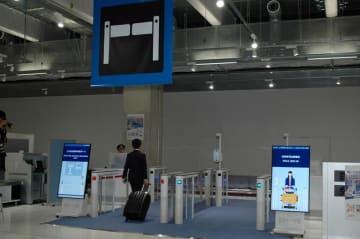27日から外国人旅客にも拡大される電子申告ゲート=4月