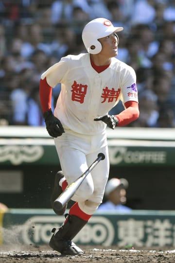 米子東―智弁和歌山 6回裏智弁和歌山2死一塁、東妻が右中間に適時三塁打を放つ=甲子園