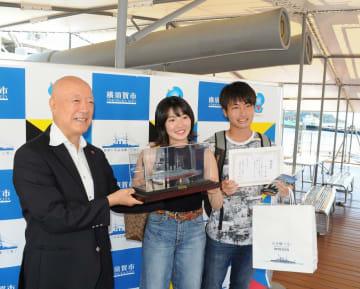 三笠保存会の荒川理事長(左)から記念品を贈られる西川さん(中央)