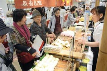 熊本の特産品を買い求める来場客=7日、熊本市中央区