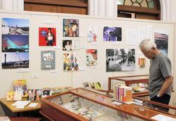 昭和から平成に変わる時期の神戸の写真やゆかりの作家の言葉が並ぶ会場=神戸市灘区王子町3、神戸文学館