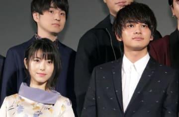 劇場版アニメ「HELLO WORLD」のプロジェクト始動イベントに登場した浜辺美波さん(左)と北村匠海さん