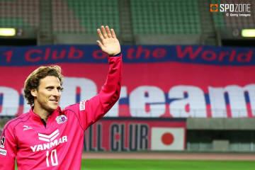 フォルランが21年のサッカーキャリアに幕