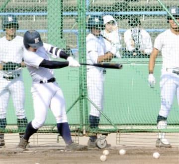 打撃練習に励む敦賀気比の選手たち=8月7日、兵庫県の伊丹スポーツセンター