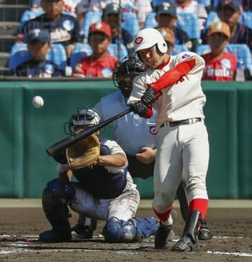 米子東―智弁和歌山 6回裏智弁和歌山2死一塁、東妻が右中間に適時三塁打を放つ。捕手長尾駿=甲子園